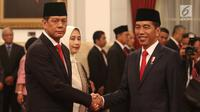 Presiden Joko Widodo (Jokowi) berjabat tangan dengan Letjen Doni Monardo seusai pelantikan sebagai Kepala Badan Nasional Penanggulangan Bencana (BNPB) di Istana Negara, Rabu (9/1). Doni Monardo menggantikan Willem Rampangilei. (Liputan6.com/Angga Yuniar)