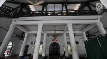 Suasana di dalam Masjid Jami Al-Makmur yang terletak di Cikini, Jakarta, Rabu (23/5). Masjid Jami Al-Makmur Cikini merupakan salah satu tempat ibadah umat Islam tertua di Jakarta. (Merdeka.com/Iqbal S Nugroho)