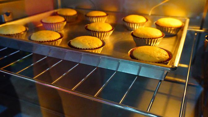 Ilustrasi adonan kue dalam oven.