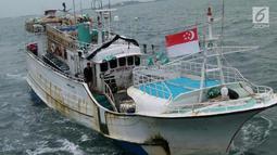 Kapal Sunrise Glory saat ditangkap KRI Sigurot 864 di selat Philips, Batam (7/2). Proses penangkapan berawal saat KRI Sigurot-864 sedang melaksanakan patroli di perairan Selat Phillip, perbatasan antara Singapura-Batam. (Liputan6.com/HO/Armabar TNI AL)