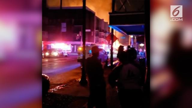 Kebakaran besar melanda sebuah apartemen di Alabama, AS. Akibat kejadian ini penghuni panik dan menyelamatkan diri.