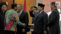Menteri Pertahanan Prabowo Subianto (kedua kanan) memberi hormat kepada Menko Polhukam, Mahfud MD usai seremoni serah terima di Kementerian Pertahanan, Jakarta, Kamis (24/10/2019). Ryamizard Ryacudu resmi menyerahkan jabatan kepada Prabowo Subianto. (Liputan6.com/Faizal Fanani)