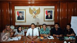 Komisioner KPU, Sigit Pamungkas (ketiga kiri) memberi keterangan terpilihnya Hadar Nafis Gumay sebagai Plt Ketua KPU Pusat di Jakarta, Selasa (12/7). Hadar terpilih melalui rapat pleno yang dilakukan secara tertutup. (Liputan6.com/Helmi Fithriansyah)