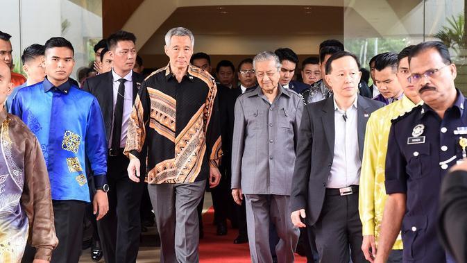 Perdana Menteri Singapura Lee Hsien Loong (kiri) dan rekannya dari Malaysia Mahathir Mohammad (kanan) bertemu di Putra Jaya (AFP)#source%3Dgooglier%2Ecom#https%3A%2F%2Fgooglier%2Ecom%2Fpage%2F%2F10000