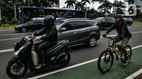 Pesepeda melintasi Jalan Jenderal Sudirman, Jakarta, Senin (18/1/2021). Selain pengetatan PSBB, peningkatan volume lalu lintas pesepeda di Ibu Kota terjadi seiring Penerapan Pembatasan Kegiatan Masyarakat (PPKM) Jawa-Bali. (merdeka.com/Iqbal S. Nugroho)