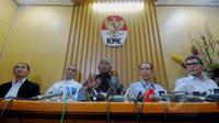 Pimpinan baru KPK Taufiequrachman Ruki (tengah),  Johan Budi SP (kanan), Indriyanto Seno Adji (kedua kiri), Wakil Ketua KPK Zulkarnen dan Adnan Pandu Pradja (kiri) saat konferensi pers di Gedung KPK, Jakarta, Jumat (20/2). (Liputan6.com/Andrian M Tunay)