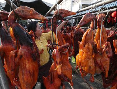 Berburu Babi Panggang untuk Santapan Imlek di Kamboja