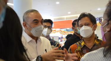 Bupati Tangerang Ahmed Zaki Iskandar dan Menkes Budi Gunadi Sadikin saat meninjau vaksinasi lansia di Mall Ciputra Citra Raya, Sabtu (27/3).