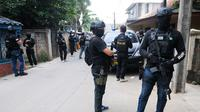 Suasana saat Densus 88 Antiteror Mabes Polri saat penangkapan terduga teroris di Jalan Gempol Raya, Kunciran Indah, Tangerang, Banten, Rabu (16/5). Petugas berhasil menangkap empat terduga teroris. (DEMY SANJAYA/AFP)