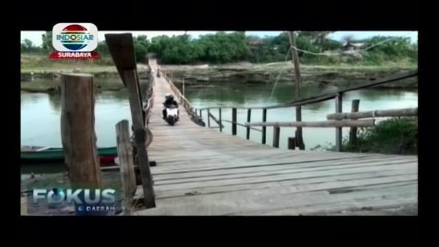 Jembatan kayu yang menghbungkan desa di Sidoarjo dan Mojokerto ini tak hanya topang aktivitas ekonomi tetapi juga memiliki pemandangan alam.