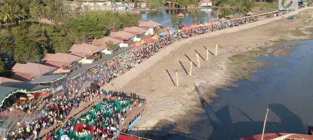 Sebanyak 88.950 tusuk sate disajikan dalam memeriahkan festival pesona danau Limboto, Gorontalo, Senin sore.