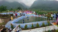 Objek wisata alam Bumi Pelangi Kabupaten Kuningan Jawa Barat menjadi salah satu destinasi wisata baru yang banyak pengunjung. Foto (Liputan6.com / Panji Prayitno)