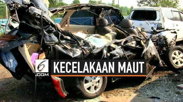 Kecelakaan lalu lintas terjadi di tol Cipali kilometer 133. Sebuah bus keluar jalur lalu menabrak minibus. 3 orang tewas dalam insiden ini.