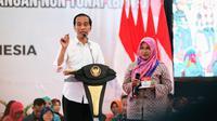 Presiden Jokowi bagikan bansos PKH dan BPNT di Kabupaten Cilacap. (foto: dok. Kemensos)