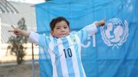 Murtaza Ahmadi menerima jersey Timnas Argentina asli bertanda tangan Lionel Messi. (Liputan6.com/twitter.com/unicefafg)