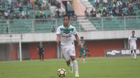 Pemain PSMS Medan, Antoni Putro, terancam absen saat timnya menghadapi Bhayangkara FC di Stadion Teladan, Jumat (30/3/2018). (Bola.com/Ronald Seger Prabowo)
