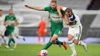 Penyerang Tottenham, Harry Kane, berebut bola dengan bek Maccabi Haifa, Bogdan Planic, pada laga play-off Liga Europa 2020/2021 di Tottenham Hotspur Stadium, Jumat (2/10/2020) dini hari WIB. Tottenham menang 7-2 atas Maccabi Haifa. (AFP/Adam Davy/pool)