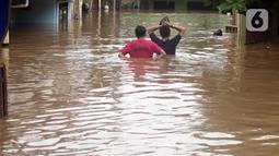 Kondisi Kawasan Rawajati yang tergenang banjir, Jakarta, Rabu Rabu (1/1/2020). Hujan yang mengguyur Jakarta sejak Selasa sore (31/12/2019) mengakibatkan banjir di sejumlah titik di Jakarta. (Liputan6.com/Helmi Fithriansyah)