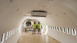 Saudara kembar Palestina, Atallah dan Khamis al-Sairafi (60) berada di dalam pesawat Boeing 707 yang diubah menjadi sebuah restoran di kota Nablus, Tepi Barat yang diduduki pada 5 Juli 2021. Di dalam kabin jet tua tersebut kursi telah dilucuti dan kaca jendela dilepas. (JAAFAR ASHTIYEH/AFP)