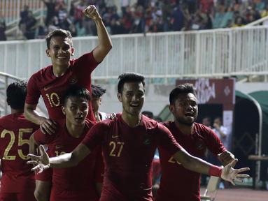 Pemain Timnas Indonesia U-22 merayakan gol yang dicetak Egy Maulana Vikri ke gawang Timnas Iran U-23 pada laga uji coba internasional di Stadion Pakansari, Bogor, Sabtu (16/11). Indonesia menang 2-1 atas Iran. (Bola.com/Yoppy Renato)