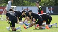 Pemain timnas Korea Selatan Son Heung-min (kanan) bersama rekan-rekannya melakukan peregangan otot saat berlatih untuk Piala Dunia 2018 di National Football Centre di Paju, Korea Selatan, Rabu (23/5). (AP Photo/Lee Jin-man)