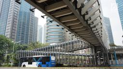 Bus Transjakarta melintas di bawah Jembatan Penyeberangan Orang (JPO) di kawasan Jenderal Sudirman, Jakarta, Minggu (1/9/2019). Pemprov DKI berencana membangun 15 JPO dengan bentuk lebih modern atau instagramable di sejumlah titik yang akan dilakukan pada 2020. (Liputan6.com/Immanuel Antonius)