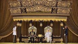 Raja Malaysia Abdullah Ri'ayatuddin Al-Mustafa Billah Shah (dua kiri) dan Ratu Tunku Azizah (dua kanan) saat penobatan kerajaan di Istana Nasional, Kuala Lumpur, Selasa (30/7/2019). Abdullah Ri'ayatuddin Al-Mustafa Billah Shah resmi menjadi raja ke-16 Malaysia. (Malaysia Information Ministry via AP)