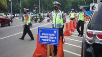 Petugas gabungan menggelar Operasi Yustisi Protokol Covid-19 di kawasan Tugu Tani, Jakarta, Senin (14/9/2020). Operasi tersebut digelar sebagai langkah untuk menekan penyebaran Covid-19 di masa PSBB Jakarta. (Liputa6.com/Immanuel Antonius)