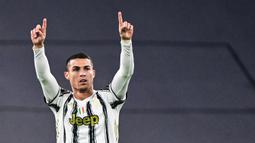 1. Cristiano Ronaldo (132 gol) - Pemain asal Portugal ini terus menambah jumlah golnya di Liga Champions. Cristiano Ronaldo tercatat telah mengoleksi 132 gol di Liga Champions bersama Manchester United, Barcelona dan Juventus. (AFP/Miguel Medina)