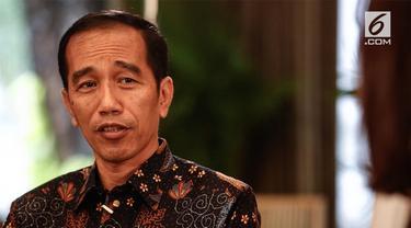 Presiden Joko Widodo atau Jokowi berbagi cerita kepada para notaris tentang rumitnya mengurus izin.