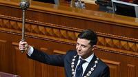 Presiden Ukraina Volodymyr Zelensky memegang Bulava, simbol kekuasaan Ukraina, selama upacara pelantikannya di parlemen di Kiev pada 20 Mei 2019. (Genya SAVILOV / AFP)