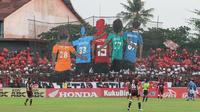 Pesan sepak bola damai jadi tema koreografi suporter saat laga PSM Makassar kontra Persib Bandung di Stadion Mattoangin, Makassar, Rabu (24/10/2018). (Bola.com/Abdi Satria)