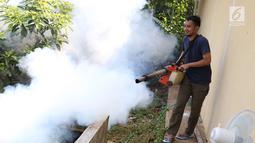 Warga melakukan pengasapan atau fogging di kawasan Kukusan, Depok, Jawa Barat, Senin (3/9). Pengasapan dilakukan guna mengurangi risiko penyakit demam berdarah akibat gigitan nyamuk aedes aegypti. (Liputan6.com/Immanuel Antonius)
