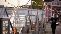 Suasana Restoran bernuansa di pusat seni di Amsterdam, Belanda, yang menerapkan konsep quarantine greenhouses (Photo Credit:Robin van Lonkhuijsen/ANP/AFP)