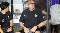 Pelatih Persib, Robert Alberts, dalam laga uji coba melawan Persis di Stadion Manahan, Solo (15/2/2020). (Bola.com/Vincentius Atmaja)