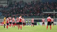 Duel Madura United vs PSM di Stadion Gelora Bangkalan, Bangkalan, diawali dengan mengheningkan cipta untuk korban jatuhnya pesawat Lion Air JT-610, Senin (29/10/2018). (Bola.com/Aditya Wany)
