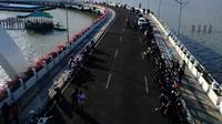 Banyak warga memanfaatkan momen liburan untuk menikmati senja di anjungan Jembatan Suroboyo, Kota Surabaya, Jawa Timur. (Liputan6.com/Dhimas Prasaja)