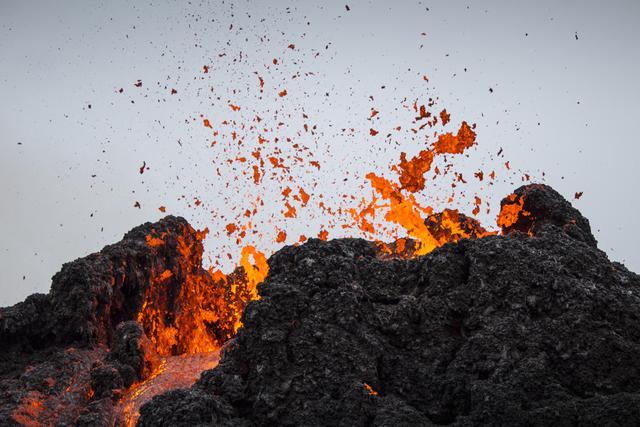 Aliran lava dari letusan gunung berapi di Semenanjung Reykjanes di barat daya Islandia pada Sabtu (20/3/2021). Letusan gunung berapi yang sudah lama tidak aktif mengirimkan aliran lava yang mengalir melintasi lembah kecil di Islandia itu sudah mereda. (AP Photo/Marco Di Marco)