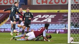Striker Leeds United, Patrick Bamford, berusaha mencetak gol ke gawang Aston Villa pada laga lanjutan Liga Inggris di Villa Park, Sabtu (23/10/2020) dini hari WIB. Leeds United menang 3-0 atas Aston Villa. (AFP/Laurence Griffiths/pool)