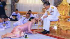 Raja Maha Vajiralongkorn (kanan) menyentuh kening Ratu Suthida saat prosesi pernikahan mereka di Bangkok, Thailand, Rabu (1/5/2019). Ini merupakan pernikahan keempat bagi Raja Thailand tersebut. (Thai TV Pool via Reuters)