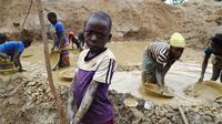 Para bocah menambang emas di pertambangan tradisional di desa Gam, Afrika Tengah (AFP PHOTO / ISSOUF SANOGO)