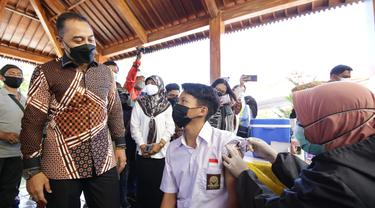 Eri Cahyadi saat meninjau vaksinasi pelajar di SMAN 21 Surabaya. (Dian Kurniawan/Liputan6.com)