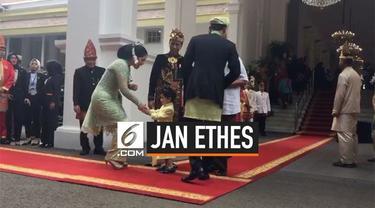 Jan Ethes mendampingi Presiden Jokowi menerima tamu undangan di upacara HUT ke-74 RI di istana Merdeka. Ethes seketika menyalami Annisa pohan ketika datang bersama AHY.