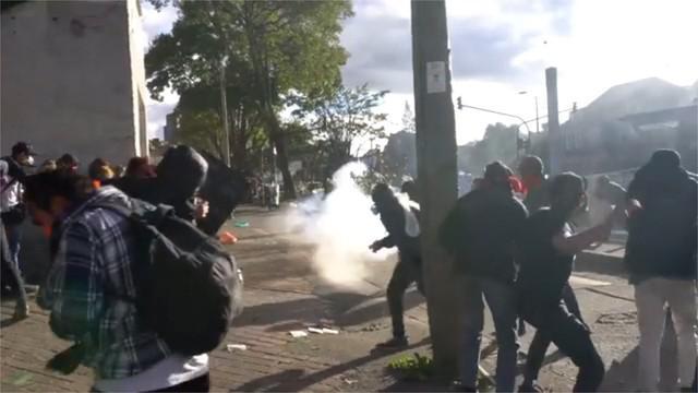 Aksi unjuk rasa menuntut kenaikan dana pendidikan oleh mahasiswa di Bogota, Kolombia, berujung ricuh.