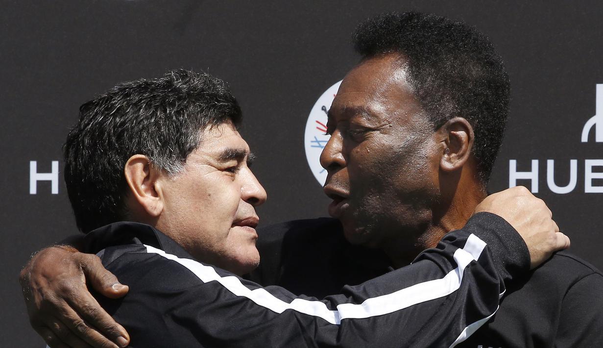 (9/6/2016) - Dua legenda sepakbola, Diego Maradona (kiri) dan Pele, berfoto dalam acara pertandingan sepakbola yang diselenggarakan oleh produsen jam tangan mewah, Hublot di Jardin du Palais Royal, Paris, Prancis. (AFP/Patrick Kovarik)