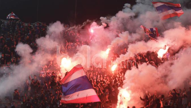 Suporter Thailand merayakan kemenangan timnya setelah meraih gelar kelima Piala AFF di Stadion Rajamangala, Bangkok, Thailand, Sabtu (17/12/2016). Thailand unggul agregat 3-2 atas Indonesia. (Bola.com/Vitalis Yogi Trisna)