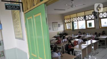 Siswa saat mengikuti kegiatan belajar di salah satu kelas SDN Bukit Duri 11, Jakarta, Senin (6/1/2020). Banjir menyebabkan sekitar 50 persen siswa SDN Bukit Duri 11 tidak masuk sekolah karena mayoritas tinggal di kawasan Kampung Melayu dan Kampung Pulo. (merdeka.com/Iqbal S. Nugroho)