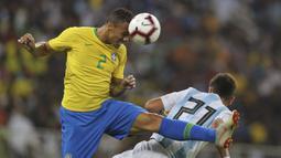 Bek Brasil, Danilo, duel udara dengan penyerang Argentina, Paulo Dybala, pada laga persahabatan di Stadion King Abdullah, Jeddah, Selasa (16/10/2018). Brasil menang 1-0 atas Argentina. (AP/STR)