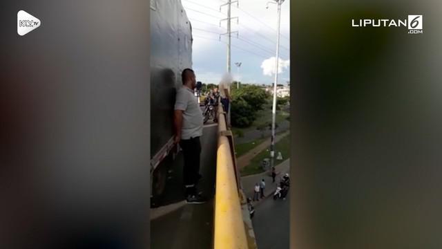 Paramedis bernama Richard Parra berhasil menggagalkan aksi bunuh diri yang dilakukan seorang pria di jembatan layang Puente de los Mil Dias di Cali, Kolombia.