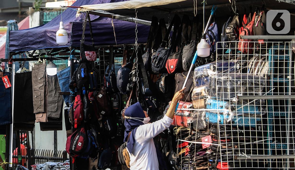 Pedagang Kaki Lima merapikan dagangannya di kebayoran lama, Jakarta, Selasa (21/9/2021). Untuk mendorong pertumbuhan ekonomi dampak PPKM pemerintah mempercepat penyaluran Bantuan Langsung Tunai (BLT) untuk Pedagang Kaki Lima (PKL). (Liputan6.com/Johan Tallo)